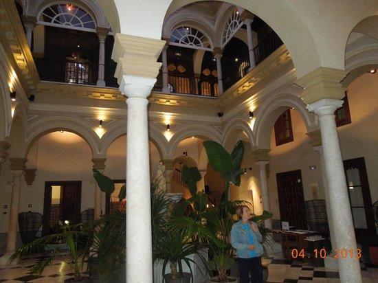 Hotel Palacio de Villapanes : Patio à l'entée .