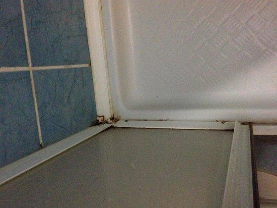 Richards Place: Clean bathroom? 3