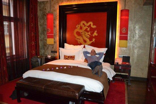 Buddha-Bar Hotel Prague : Very comfortable king-sized bed