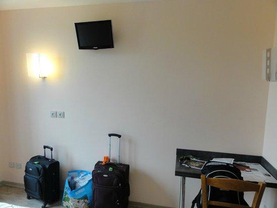 Hotel Belvedere : TV do quarto. Pequena, mas funcional.