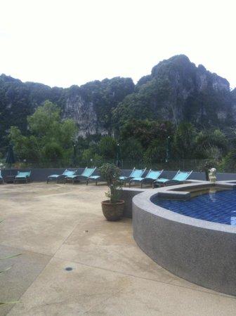 Krabi Cha-Da Resort: Mountain view from pool