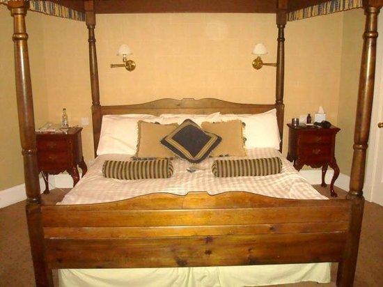 Tulloch Castle Hotel: very comfortable bed