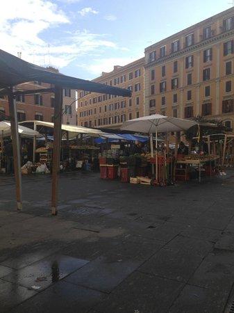 Roma Trasteverina B&B: Market square