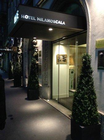 Hotel Milano Scala: Entrée de l'hôtel by night
