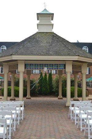 Hilton Wilmington / Christiana: Courtyard where wedding was held.