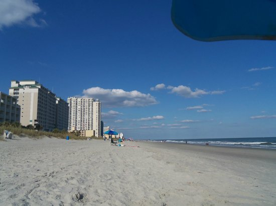 Southern Breeze Motel: Looking up the beach in front of Southern Breeze