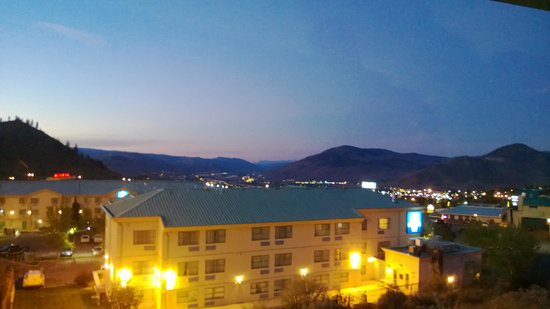 Canadas Best Value Inn & Suites: view at night from our 2nd floor room