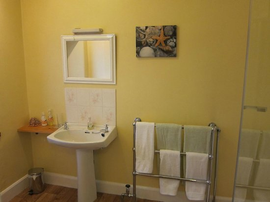 Atherstone Guest House: Freshly updated bathroom