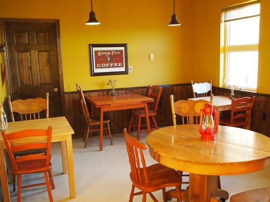 Doktor Luke's : the sitting area is warm and inviting, with gorgeous waterfront views