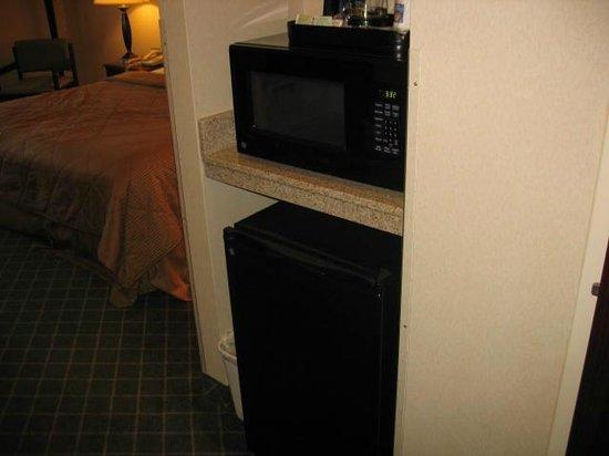 Comfort Inn East Windsor: Microwave and fridge
