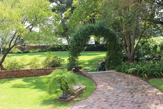 Rosalie Mansion: Outdoor garden area