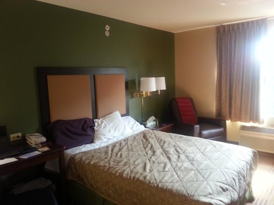 Extended Stay America - Charlotte - Pineville - Park Rd.: bed/living area