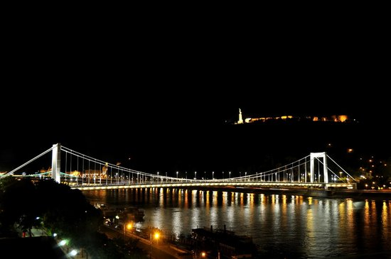 Budapest Marriott Hotel: Il panorama su Ponte Elisabetta dalla nostra stanza al secondo piano