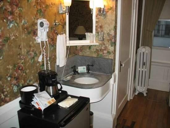 Thayers Inn: Sink is in the room - bathroom too small