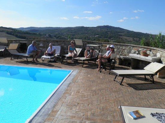 Poggio Covili : Poolside gathering