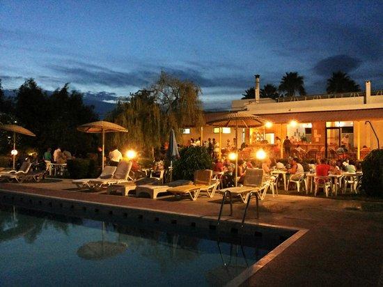 Pyli Bay Hotel: Cena in giardino