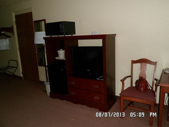 AmericInn Lodge & Suites New London : TV, Microwave and Refridgrator