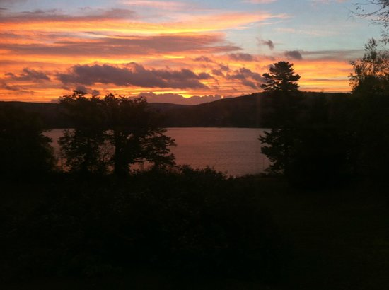 Fontainebleau Inn : Sunrise overlooking Cayuta Lake from our room at the Inn