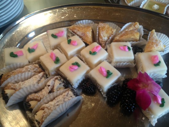 Bourbon Orleans Hotel: Petit Fours, Cannoli, Baklava at banquet lunch