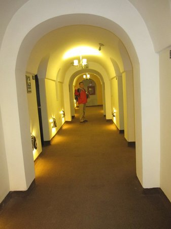 Tampu Hotel: bright hallway