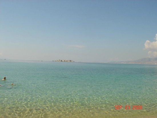 Aegean Land: Plaka Beach, 3 minutes from Hotel