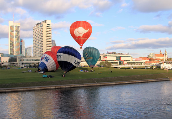 Radisson Blu Hotel Lietuva: Across River View of Radisson Hot Air Balloons and Cathedral