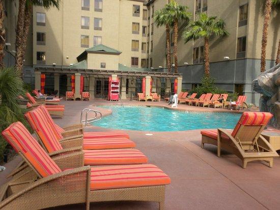 Hampton Inn Tropicana: Pool area - great lounges.  Hot tub also