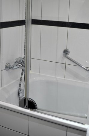 Sheraton Düsseldorf Airport Hotel: bathtub
