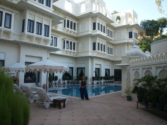 Hotel Swaroop Vilas: Área da piscina