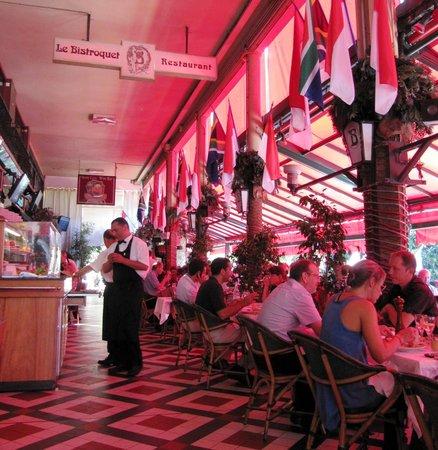 Le Bistroquet: Patio & cuisine at the table