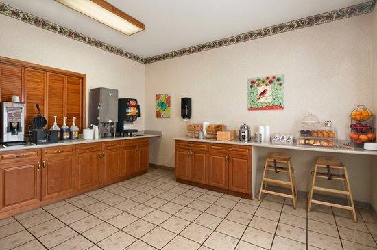 Travelodge and Suites Fargo/Moorhead: Breakfast Serving Area
