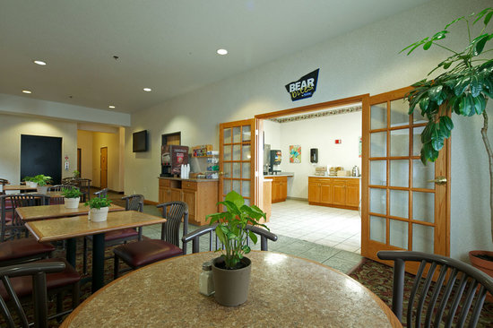 Travelodge and Suites Fargo/Moorhead: Breakfast Sitting Area