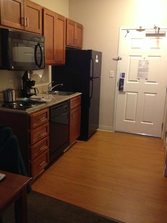 Candlewood Suites - Portland Airport: Kitchen in the room