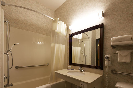 Travelodge and Suites Fargo/Moorhead: Accessible Bathroom with Rails