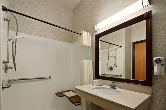 Travelodge and Suites Fargo/Moorhead: Accessible Bathroom with Roll-In Shower