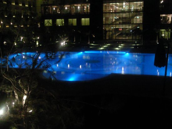 Renaissance Cairo Mirage City Hotel: Swimming Pool at night