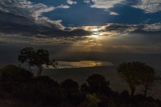 Ngorongoro Serena Safari Lodge: Full moon over the crater from our room.