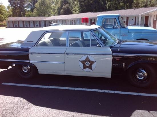 ‪‪Mayberry Motor Inn‬: Barneys squad car‬