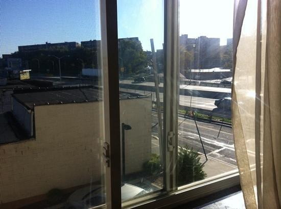 Sheridan Hotel: Vue autoroute depuis la chambre