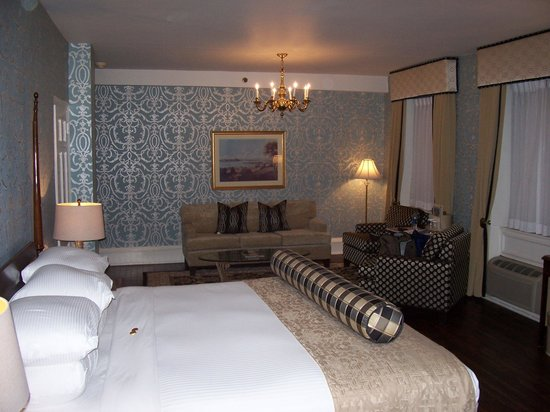 Molly Pitcher Inn: Beautiful room and spacious too.