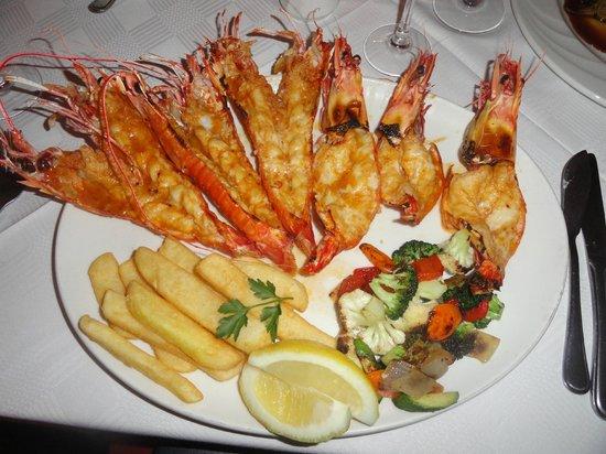 Pigalle Restaurant: Prato principal com camaroes e lagostas