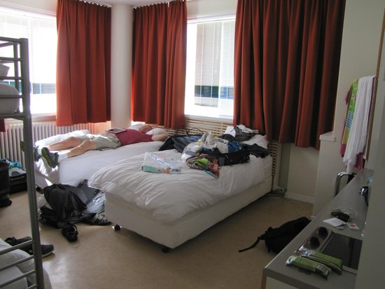 Hostel B47 : 4 person room w/ black out curtains