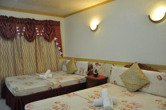 D' Lucky Garden Inn & Apartelles Palawan: quad family room - friends