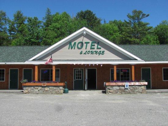 Moosehead Trail Motor Lodge: Main Entrance to the Lobby