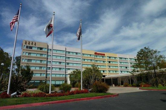 Sheraton Pleasanton Hotel: front of hotel