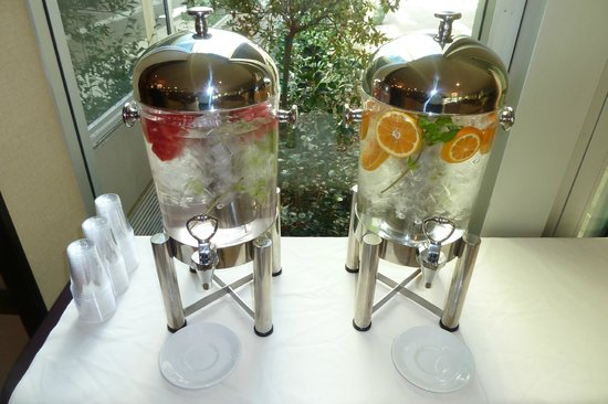 Sheraton Pleasanton Hotel : flavored water in the lobby