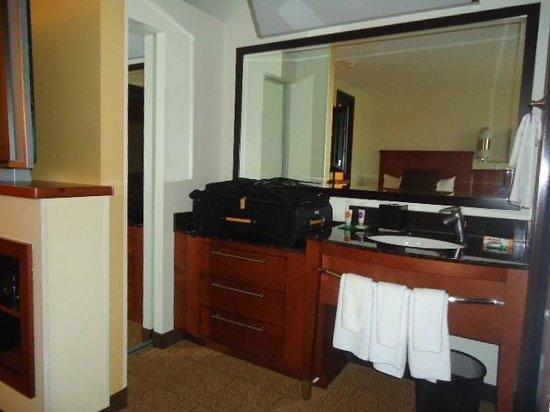 Hyatt Place Ft. Lauderdale 17th Street Convention Center : HABITACIÓN 4, vista de mueble peinadora y lavamanos