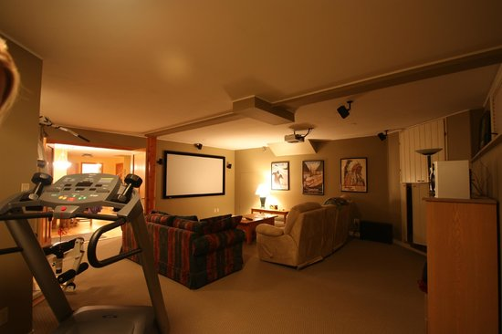 Mountain Lily Bed & Breakfast : TV room