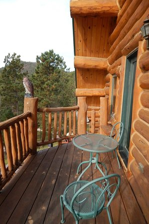 Emerald Pines Refuge Bed and Breakfast: Private deck for Finch suite