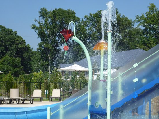 The Colonies at Williamsburg Resort: Swimming Pool Fountains
